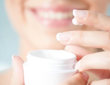 1000-woman-applying-face-cream